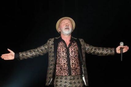 """NE VOLIM FEBRUAR"" Dino Merlin se oprostio od Đoleta pjevajući dio pjesme panonskog mornara (VIDEO)"