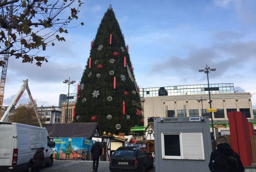 POSTAVLJENA NAJVEĆA JELKA NA SVIJETU Sve je spremno za božićni vašar u gradu poznatom po fudbalerima (FOTO)