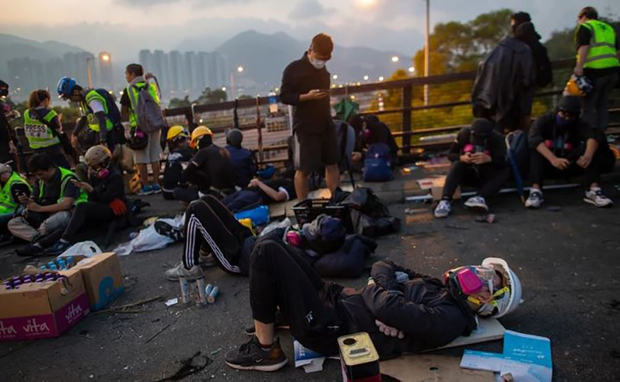 DRAMATIČNO Stanje u Hongkongu PRERASTA U RAT, demonstranti naoružani LUKOM I STRIJELAMA (FOTO)