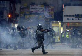 TENZIJE NE JENJAVAJU Policija pucala na demonstrante, RANJEN MLADIĆ