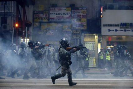 NOVI NEREDI U HONG KONGU Nastavljeni sukobi demonstranata i policije u tržnom centru (VIDEO)