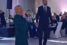 SLATKI POKLON Kolinda pored pjesme, Bandiću poklonila i tortu (FOTO)