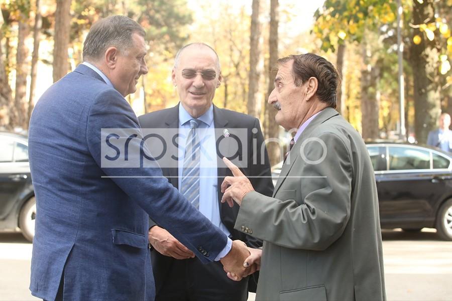 INCIDENT U BANJALUCI Profesor GALAMIO I PSOVAO dok je Dodik govorio, pa IZBAČEN (FOTO)