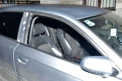 POMAHNITALI MUŠKARAC Sjekirom razbio auto, napao ženu, pa komšiji prijetio pištoljem