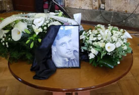 TUGA DO NEBA Porodica se oprašta od Petrućija, grčevito se grle, ne mogu da zaustave suze (VIDEO)