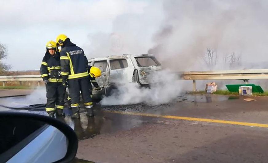 VATRENA STIHIJA NA PUTU Automobil potpuno izgorio, putnici se spasli u POSLJEDNJI ČAS (VIDEO)