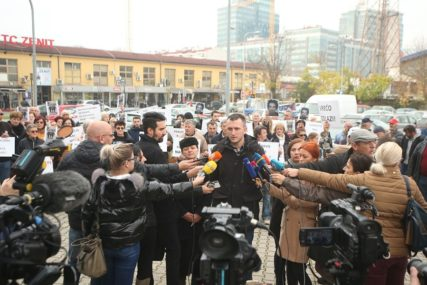 MORAĆE DA PLATE PO 500 KM Kazna za građane koji su ispred suda u Banjaluci nosili sliku Davida Dragičevića