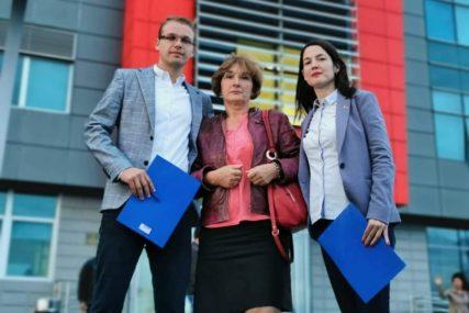 RAZGOVARALI SA SESTROM POKOJNOG VUKELIĆA Trivićeva i Stanivuković ponovo čitali vijesti ispred RTRS