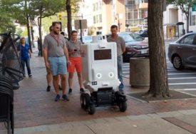 """GRAĐANI PROTIV MAŠINA Bijesni zbog robota kojeg """"Fedeks"""" koristi za dostavu (VIDEO)"""