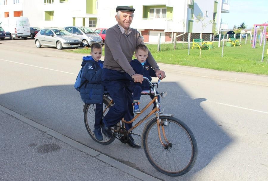 SUPERDJED IZ GRADIŠKE Sa dvojicom unuka na biciklu do škole i natrag