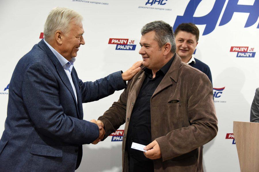 PROŠIĆ NOVI ČLAN DNS Pavić uručio člansku knjižicu načelniku Bosanskog Petrovca