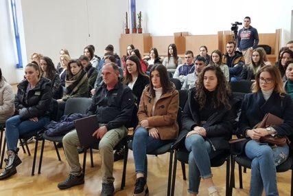 STIPENDIRAJU MLADE Ugovori sa 50 studenata potpisani u Stanarima
