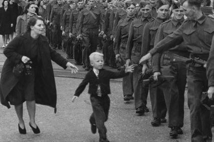 """""""TATA, ČEKAJ ME"""" Šta se krije iza legendarne fotografije gdje je dječak otrčao je za ocem koji je krenuo u rat"""