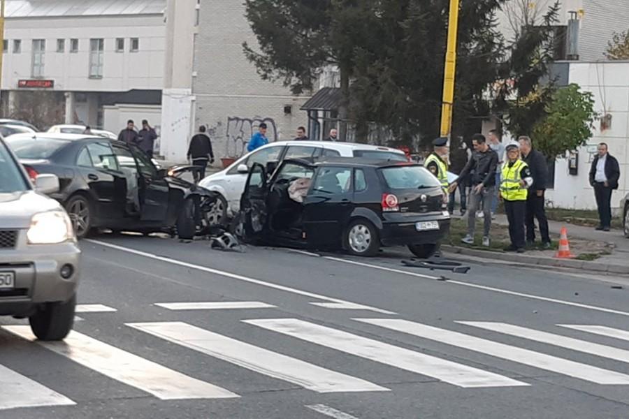 SUDAR TRI AUTOMOBILA Troje povrijeđenih u teškoj saobraćajnoj nesreći u Tuzli