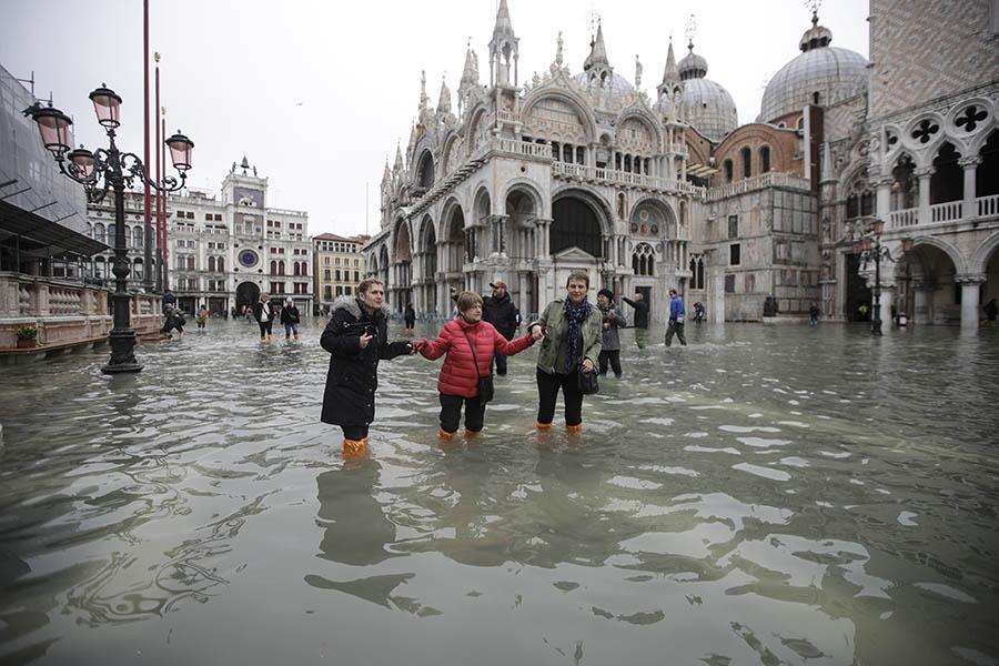 SITUACIJA SE NE SMIRUJE Venecija ponovo POD VODOM, plimni talas visok 144 centimetra