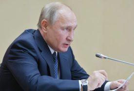 I LIDERI ZNAJU BITI ZABAVNI Vojniku pala kapa sa glave, a reakcija Putina ODUŠEVILA SVE (VIDEO)