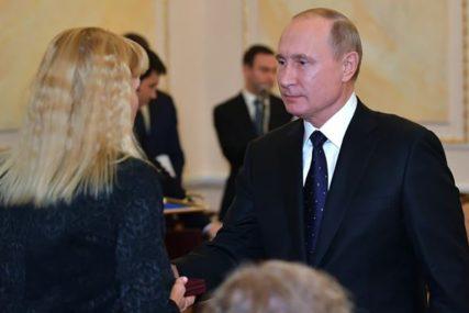 """""""IZABRALI SU POSEBNU MISIJU"""" Putin uručio nagrade udovicama petorice naučnika"""