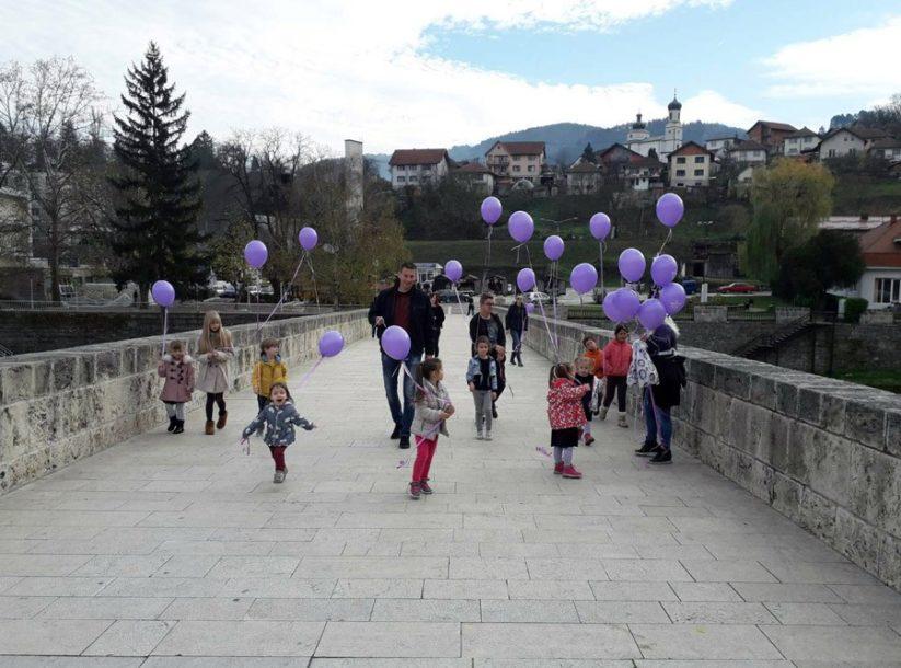 PODRŠKA PRIJEVREMENO ROĐENOJ DJECI Sa mosta u Višegradu PUŠTENI LJUBIČASTI BALONI