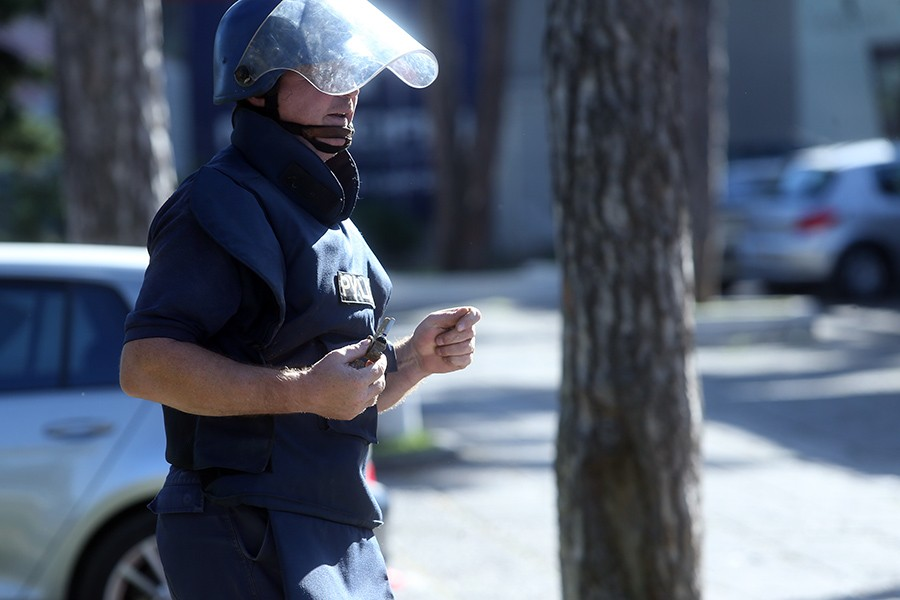RUČNA BOMBA NASRED ULICE U SARAJEVU Na terenu policija i demineri, mještani uznemireni