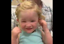 PREDIVNO! Djevojčica prvi put čula GLAS RODITELJA, a njena reakcija RASPLAKALA JE MNOGE (VIDEO)