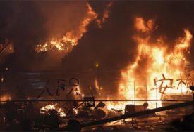 PANIČNO TRAŽE POMOĆ Demonstranti sami sebe zapalili BENZINSKIM BOMBAMA (VIDEO)