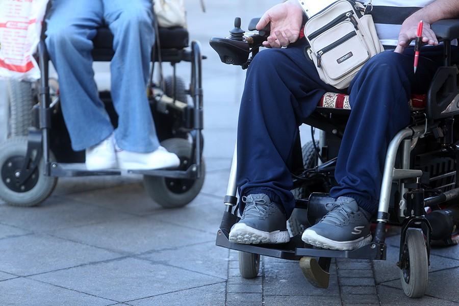 RAVNOPRAVNOST SAMO NA PAPIRU U invalidskim kolicima teško i do BIRAČKOG MJESTA