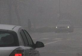VOZAČI, BUDITE NA OPREZU! Klovozi uglavnom suvi, magla dolinom rijeke Sane