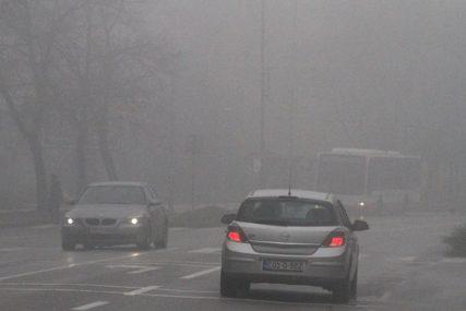 VOZAČI OPREZ Mjestimično vlažni kolovozi i magla u kotlinama i duž rijeka