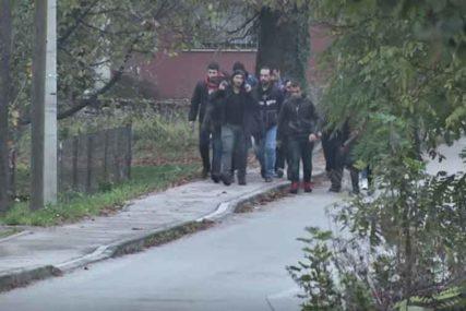 DRAMA KOD BIHAĆA Migranti pokušali blokirati magistralnu put, intervenisala policija, U GRUPAMA SILAZE U GRAD