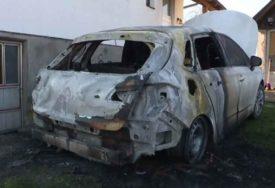 GORJELA I DJEČJA AUTOSJEDALICA Zapaljen automobil sina potpredsjednika lokalnog parlamenta