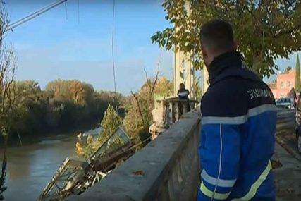 TRAGEDIJA Urušio se most, DJEVOJČICA POGINULA, ima povrijeđenih, ali i NESTALIH