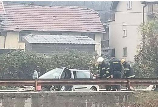STRAVIČNA NESREĆA KOD ZENICE Vatrogasci izvlačili povrijeđene iz automobila (VIDEO)