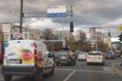 VJETAR NAPRAVIO POMETNJU Na raskrsnici u Sarajevu visi semafor (VIDEO)