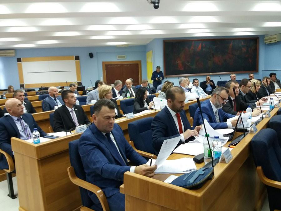 """""""IMAMO PRAVO DA ZNAMO KOLIKO SMO ZADUŽENI"""" Prijedorski odbornici tvrde da ne dobijaju odgovore na pitanja"""