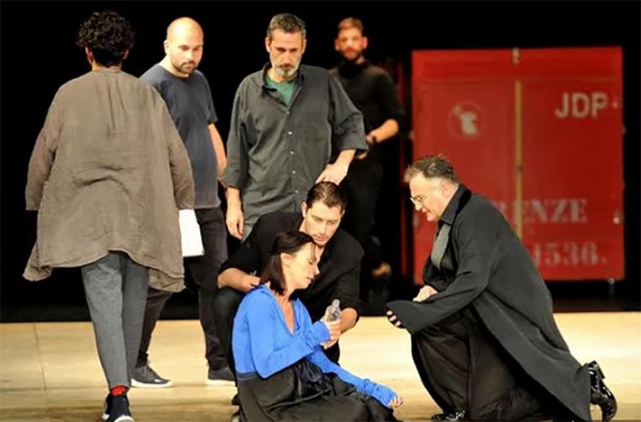ZANOSNA SLOBODA Poslije drame na sceni glumica zablistala u kožnoj haljini (FOTO)
