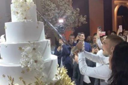 MLADOŽENJA MAČEM SJEKAO TORTU Poslastica Ražnatovića težila 70 kilograma (FOTO, VIDEO)
