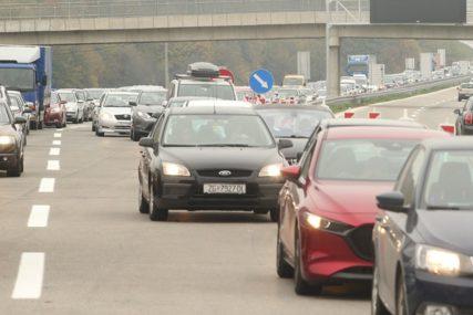 RIJEKE AUTOMOBILA Prvog dana novog sistema naplate putarine NEVIĐENE GUŽVE na auto-putu (FOTO)