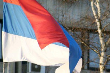 Povodom Dana srpskog jedinstva: US dijeli građanima zastave Srpske i Srbije
