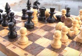 MAT LEDENE KRALJICE U zaleđenoj vodi igra šah sa muškarcima, nesvakidašnji hobi (VIDEO)