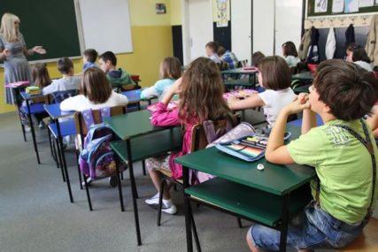 """ĐACI U KLUPAMA U SEPTEMBRU """"Nastavnike prije početka školske godine TESTIRATI"""