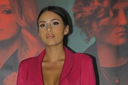 ŽURKA POZNATIH Anastasija zapjevala Cecinu pjesmu Đokovićima, Bikoviću i teniserima (VIDEO)