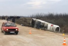 AUTOBUS SLETIO S PUTA Petnaest osoba povređeno na putu za Kopaonik (VIDEO)