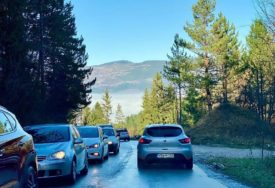 BIJEG OD SMOGA Stanovnici Sarajeva u kilometarskim kolonama prema okolnim planinama (FOTO)