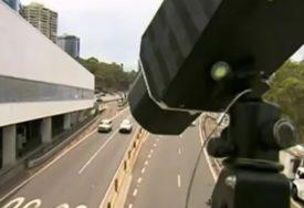 KAZNE ĆE BITI PAPRENE Počela da radi prva kamera koja hvata vozače koji KORISTE TELEFON ZA VOLANOM
