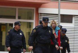SKINUT GIPS I SA DRUGE NOGE Fatalna Sunita u sudnici bez štaka