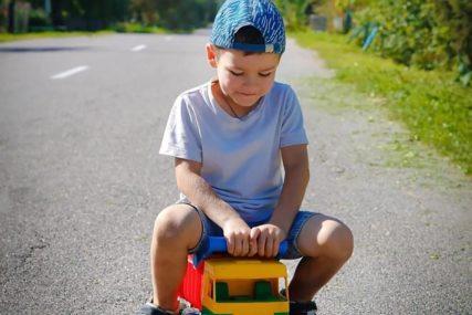"""""""TATI NIJE DOBRO"""" Stefan(3) se plastičnim kamionom odvezao po pomoć i spasio svog oca"""
