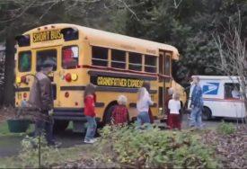 NESVAKIDAŠNJI POKLON Amerikanac unucima kupio autobus i postao njihov LIČNI VOZAČ (VIDEO)