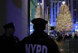 POČELA PRAZNIČNA GROZNICA Jelka sa tri miliona Svarovski kristala postavljena u Njujorku (VIDEO)