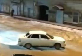 """URNEBESNI SNIMAK SA RUSKIH ULICA Lada se """"razigrala"""" bez vozača"""