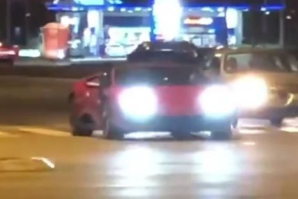 DIVLJANJE Automobil je stao na semafor, a evo šta se desilo kada se upalilo zeleno svjetlo (VIDEO)